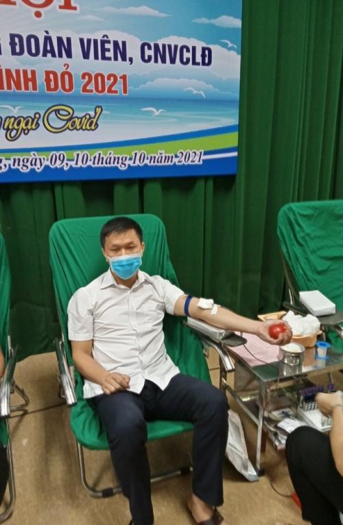 """Đoàn viên CĐCS Văn phòng UBND tỉnh tham gia hiến máu tình nguyện hưởng ứng """"Hành trình Đỏ"""" năm 2021 tỉnh Cao Bằng"""
