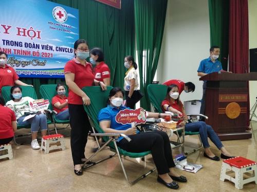 Cán bộ, đoàn viên trực thuộc Công đoàn Viên chức tỉnh tham gia Chương trình hiến máu tình nguyện năm 2021 do Liên đoàn Lao động tỉnh Cao Bằng và Hội Chữ thập đỏ tỉnh tổ chức.