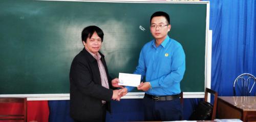 CĐVC tỉnh trao tặng quà hỗ trợ, động viên cho đoàn viên bị bệnh hiểm nghèo