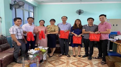 CĐCS Sở Nội vụ phối hợp với các tổ chức đoàn thể cơ quan tổ chức thăm tặng quà các đơn vị nhân dịp tết Trung thu năm 2021