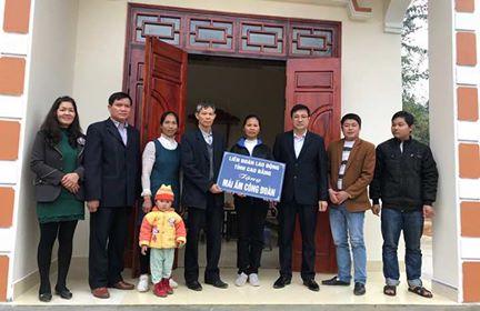CĐVC tỉnh trao tặng tiền hỗ trợ làm nhà Mái ấm Công đoàn cho đồng chí Hoàng Văn Thứ