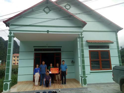 CĐVC tỉnh trao kinh phí hỗ trợ xây dựng Nhà Mái ấm Công đoàn.