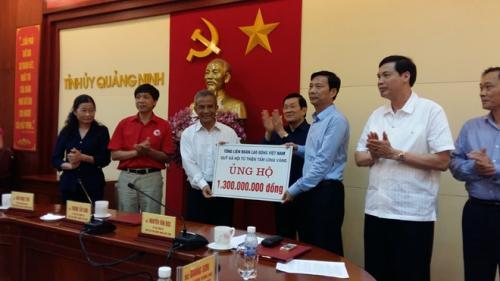 Chủ tịch Tổng LĐLĐVN Đặng Ngọc Tùng thăm và trao 1,3 tỉ đồng ủng hộ khắc phục hậu qua thiên tai tại Quảng Ninh