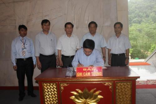 Phó Thủ tướng Chính phủ Phạm Bình Minh dâng hương Bác Hồ tại Khu di tích QGĐB Pác Bó