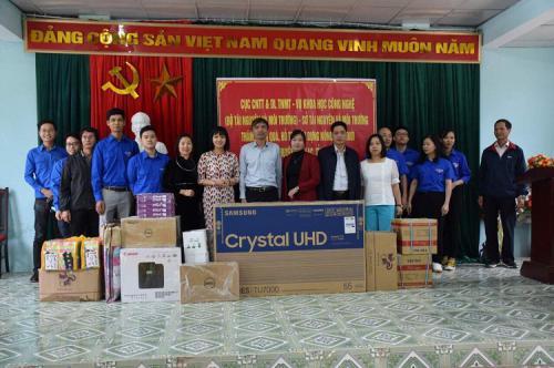Ngày 18/10/2020, Cục Công nghệ thông tin và Dữ liệu tài nguyên môi trường, Vụ Khoa học Công nghệ (Bộ Tài nguyên và Môi Trường) phối hợp với Sở Tài Nguyên và Môi trường tỉnh đã đến thăm và tặng quà xã Huy Giáp, huyện Bảo Lạc.