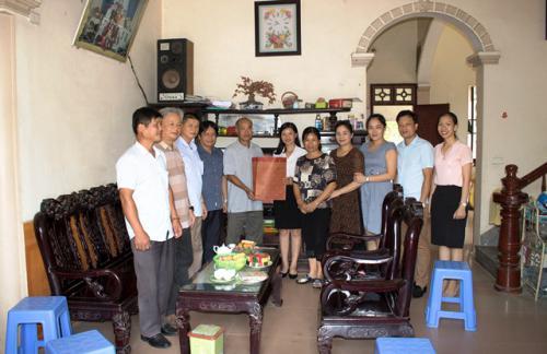 CĐCS Trung tâm Văn hóa và Thông tin du lịch Thăm hỏi tặng quà các gia đình thương binh – liệt sỹ