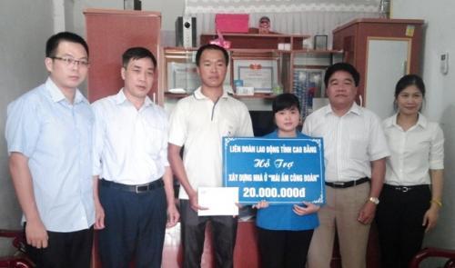 CĐVC tỉnh trao tặng tiền hỗ trợ làm nhà Mái ấm Công đoàn
