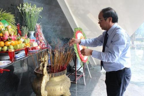 Đoàn Tổng LĐLĐVN dâng hương tại Nghĩa trang liệt sĩ Điện Biên