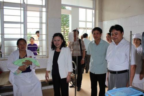 Thứ trưởng Bộ Y tế Nguyễn Thị Xuyên làm việc tại Bệnh viện Đa khoa huyện Quảng Uyên