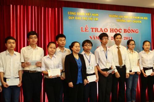 Quỹ Bảo trợ trẻ em (Tổng Liên đoàn Lao động Việt Nam) - Trao 170 triệu đồng cho học sinh nghèo và bệnh nhi