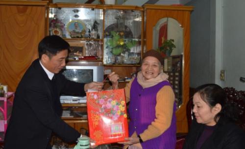 Phó Bí thư Tỉnh ủy Đinh Quế Hải tặng quà Tết đối tượng chính sách ở Thành phố