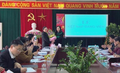 Chi bộ cơ quan LĐLĐ tỉnh Cao Bằng kết nạp Đảng viên mới