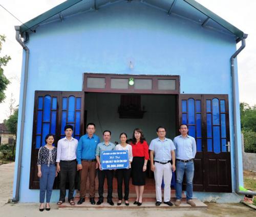 CĐVC tỉnh trao tặng tiền hỗ trợ làm nhà Mái ấm Công đoàn cho đoàn viên