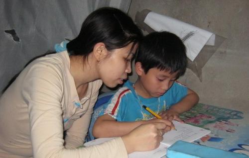 Nhọc nhằn nữ công nhân nuôi con đơn thân