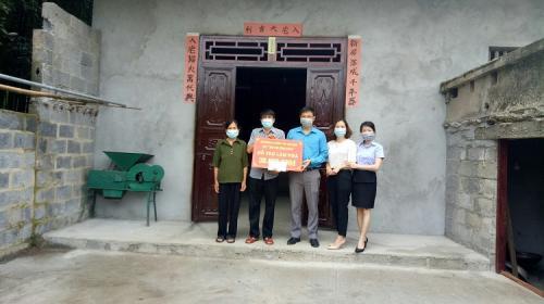 Công đoàn Viên chức tỉnh thăm tặng quà nhân dịp Tháng Công nhân 2021